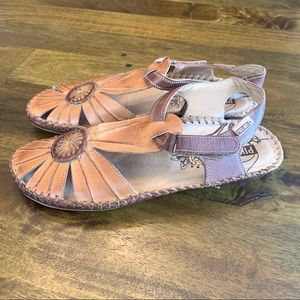 Pikolinos leather sandals with medallion New 41